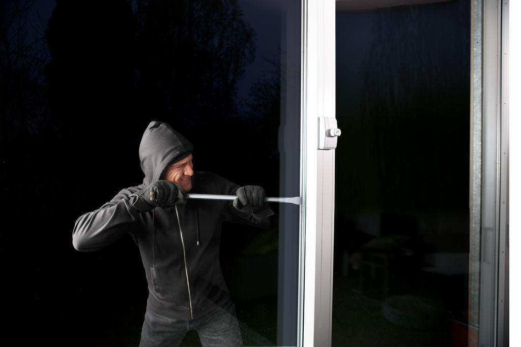 Fenstersicherung_mit_Einbrecher