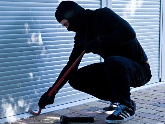einbrecher-rollladen-als-einbruchschutz